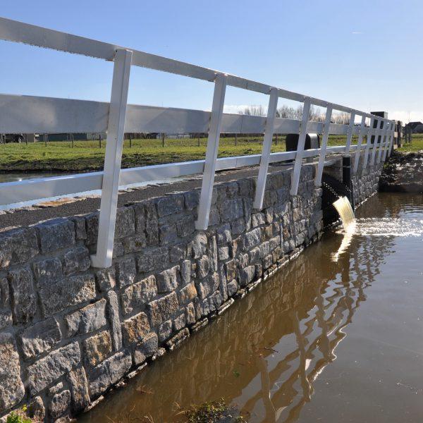 Brokken Natuursteen op stuwdam