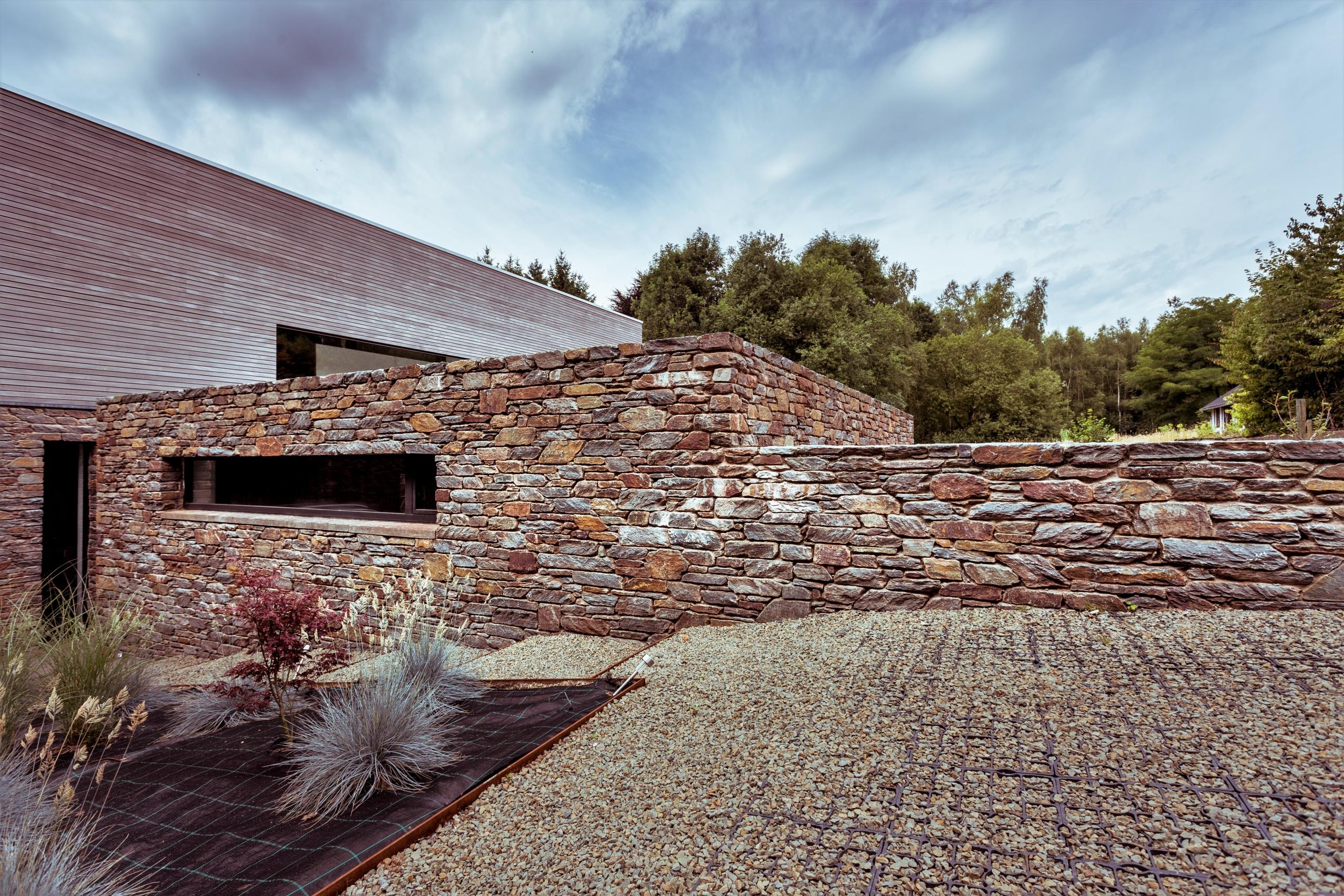 Modern huis met Natuurstenenmuren