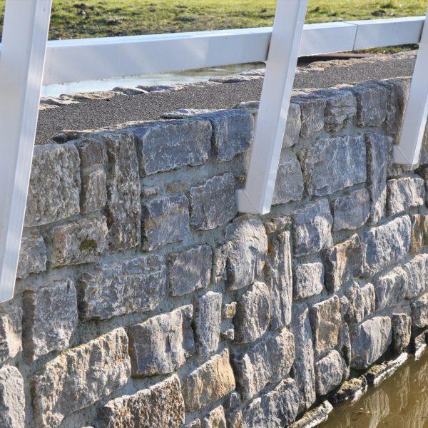 Prachtige stuwdam met Natuurstenen brokken