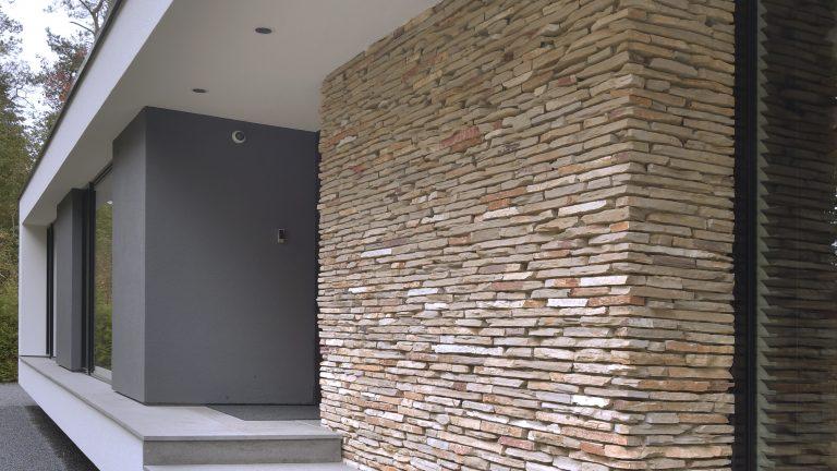De Natuurstenen muur geeft de woning een unieke touch