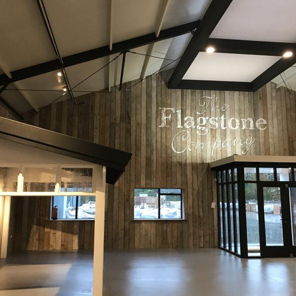 Nieuwe showroom met overkapping en steenstrips