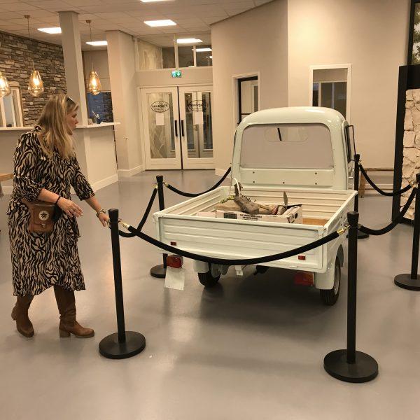 Hellen met de Piaggio Ape in de nieuwe showroom - The Flagstone Company