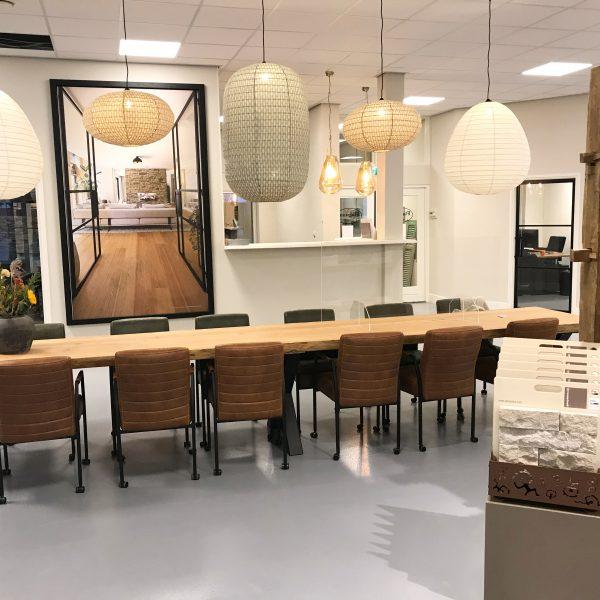 Receptie met een sfeervolle tafel in de nieuwe showroom