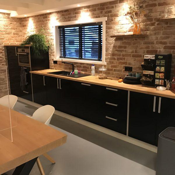 De keuken in het nieuwe pand met de Casale Baksteenstrips