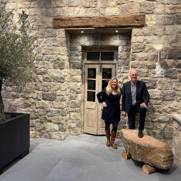 Hellen en Peter Eekhof bij de Maniero Steenstrips in de Showroom